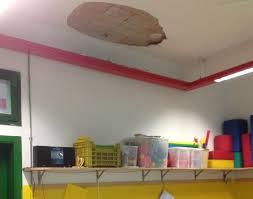 tv a soffitto scuola infanzia munari cede l intonaco soffitto in un aula