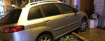 monza in auto con tre amici una 22enne perde il controllo e si