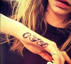 cara delevingne gets initials tattooed on her hand