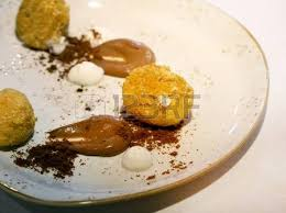 cuisine azote liquide cheesecake sur la plaque avec du chocolat cuit dans l azote liquide