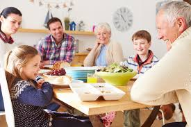cuisine en famille famille multi de génération mangeant le déjeuner à la table de
