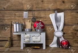 vieux ustensiles de cuisine vieux décoration de noël avec des couverts casseroles et autres