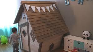 cabane dans chambre une cabane dans sa chambre décoration et guirlandes de fanions