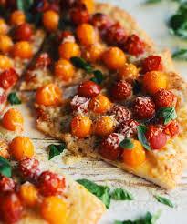 cuisiner les tomates cerises pizza aux tomates cerises parmesan et origan frais à cuisiner