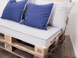 coussin pour canapé palette coudre des housses de coussin pour votre canapé en palettes