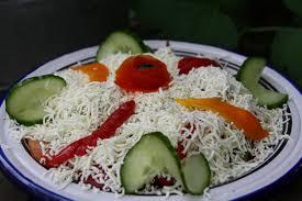 cuisine des balkans šopska salata salade typique des balkans parmesan et paprika