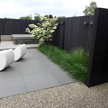 Modern Fence by Modern Garden With Dark Toned Fence Moderne Landelijke Tuin Bij
