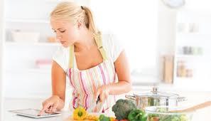 femme qui cuisine l alimentation de la maman pendant l allaitement bébés et mamans