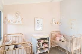 chambre de jumeaux design interieur chambre bébé jumeaux filles lits métal table
