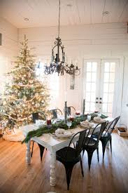 Christmas Decorated Homes Inside by Best 25 Christmas Dining Rooms Ideas On Pinterest Rustic Round