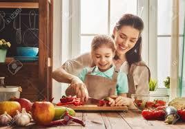mere et fille cuisine une alimentation saine à la maison famille heureuse dans la cuisine