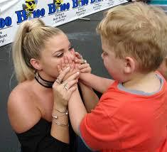 10 Year Old Blind Autistic Boy Lauren Alaina Lets 7 Year Old Blind Fan U0027see U0027 Her People Com