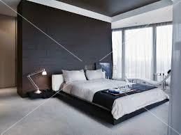 trennwand schlafzimmer frühstückstablett auf doppelbett vor schwarz gefliestem raumteiler