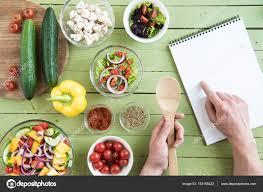 id de recette de cuisine personne avec livre de recettes de cuisine photographie