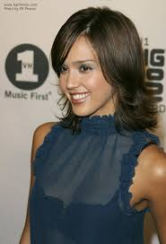 feathered mid length hairstyles jessica alba wearing medium long feathered hair with the ends