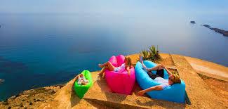 accessoire canapé l accessoire hype des vacances le canapé gonflable grazia