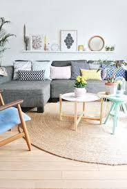 deco avec canapé gris déco salon un joli tapis de salon en rotin de couleur bege pour le