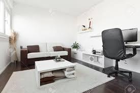 wohnzimmer computer moderne wohnzimmer mit schreibtisch und computer dem bildschirm