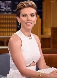 hairstyles for 36 year old scarlett johansson shows off new ribcage tattoo on tonight show