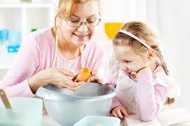 mere et fille cuisine grand mère et fille dans une cuisine image stock image du