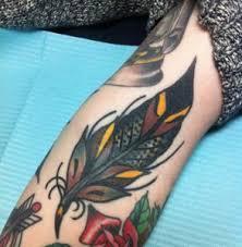 arti tato bulu merak elinde tüy dövme bir kızı görkemli görünüyor dövmeler sanat fikirler