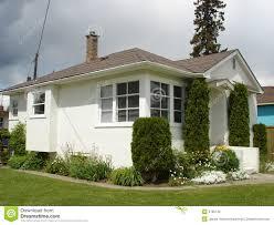 vista en perspectiva de una moderna casa peque a fachadas blancas