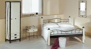 Schlafzimmer Schrank Rot Schlafzimmerschrank Aus Metall Mit Schubladen Lavia