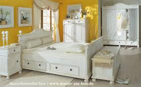 antik schlafzimmer landhausmöbel in antik weiß leicht vanillefarben shabby chic