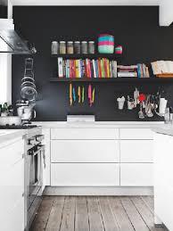 cuisine blanche mur gris un mur noir avec une cuisine blanche agencée en l
