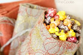 fall and thanksgiving table dã cor with colorful popcorn