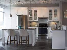 cuisine noir et armoire de cuisine en bois blanc chaise ée et blanche