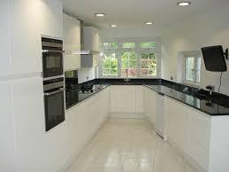 tele cuisine cuisine blanche avec plan de travail noir 73 idées de relooking