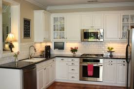 cuisine blanche avec plan de travail noir cuisine blanche et plan de travail noir maison design bahbe com