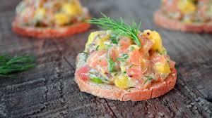 canap au saumon canapés de tartare de saumon à la mangue et à l aneth recette par