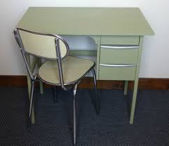 bureau repeint ancien petit bureau repeint vert bronze avec chaise atelier