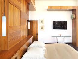 revetement mural chambre decoration revetement mural bois étagères suspensions chambre