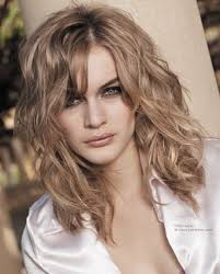 natural wavy hairstyle and hair worked with the fingers