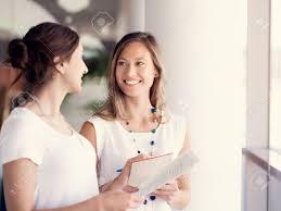 de sexe dans un bureau deux collègues de sexe féminin debout côte à côte dans un bureau