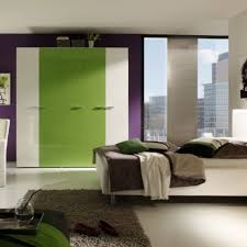 gemütliche innenarchitektur wohnzimmer in grün und lila