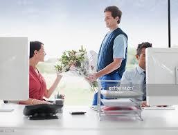 livraison de fleurs au bureau livreur livraison des fleurs de femme daffaires dans le bureau photo