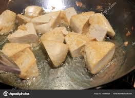cuisiner tofu poele cuisine tofu frites dans l huile le processus de cuisson friture