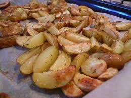 cuisiner pomme de terre nouvelle recette de pommes de terre au four au romarin la recette facile