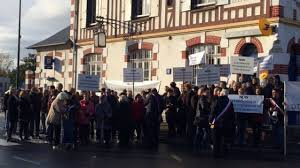 bureau de poste lazare bavent 14 les usagers manifestent contre les réductions horaires