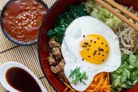 koreanische küche koreanische küche rindfleisch bibimbap in einem tongefäß an