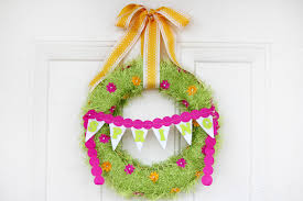 How To Make A Spring Wreath by Spring Fringed Yarn Wreath