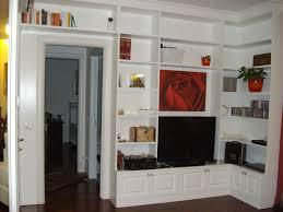 ovvio librerie libreria in legno laccata ad angolo con televisore e quadro