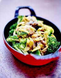 cuisiner les brocolis brocolis sauce oignon et raisin pour 6 personnes recettes à table