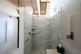 badezimmer mit dusche begehbare dusche mit glasabtrennung funktional voll im trend