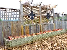 cloture jardin bois clôture de jardin construire une palissade en bois avec treillis