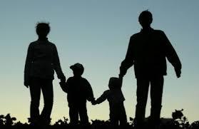 immagine piccola di una famiglia unita per mano